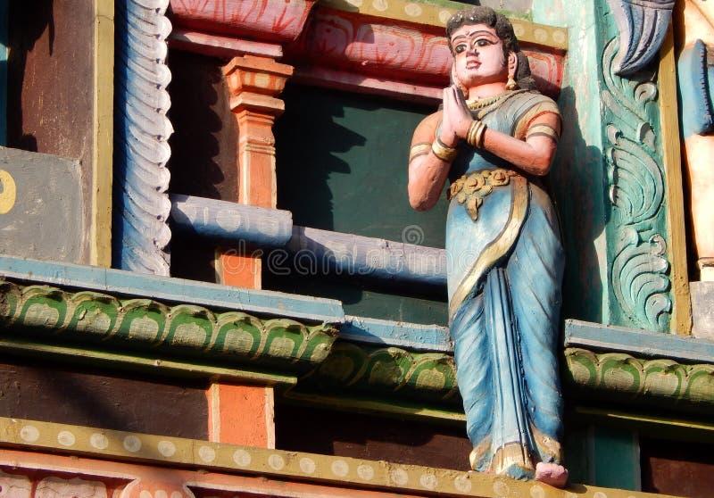 Statua della gente indù indiana di benvenuto di gesto della donna nell'entrata del tempio immagini stock libere da diritti