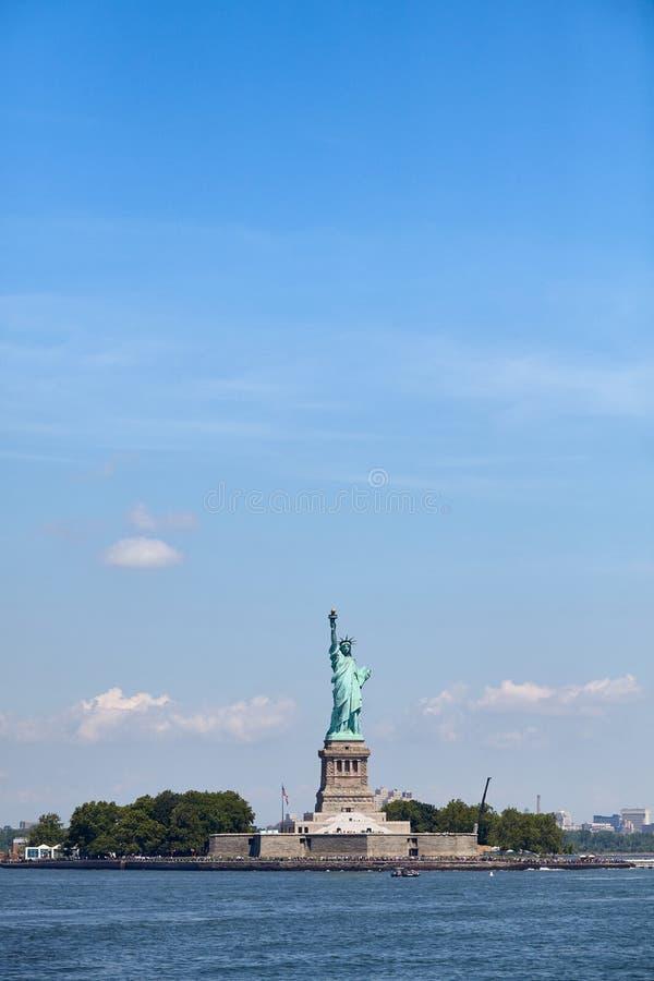 Statua della libertà contro il cielo blu, New York immagini stock libere da diritti