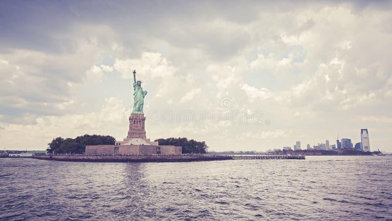 Statua della libertà d'annata di stile nel giorno nuvoloso, NYC fotografia stock