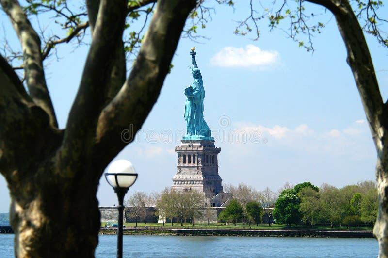 Statua della libertà dal parco di batteria, New York immagini stock