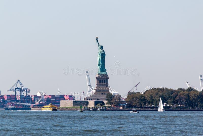 Statua della libertà e Staten Island dal parco di batteria fotografia stock libera da diritti