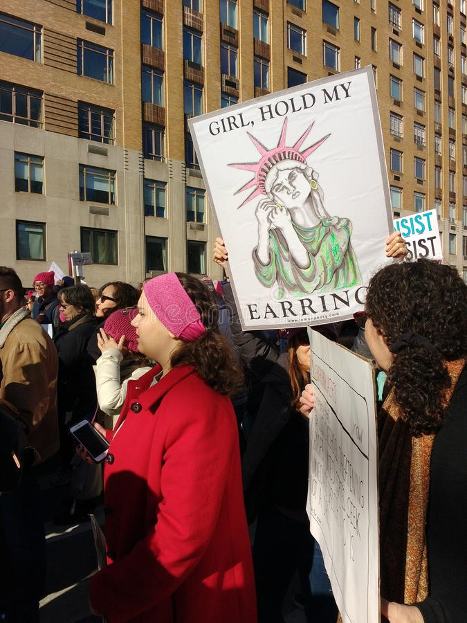 Statua della libertà, segno divertente, ` s marzo, NYC, NY, U.S.A. delle donne immagini stock