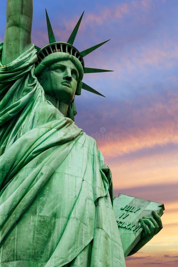 Statua della libertà sotto il cielo variopinto fotografia stock libera da diritti