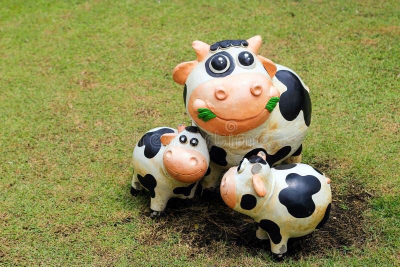 statua della mucca di sorriso con la decorazione del cemento all'aperto fotografia stock