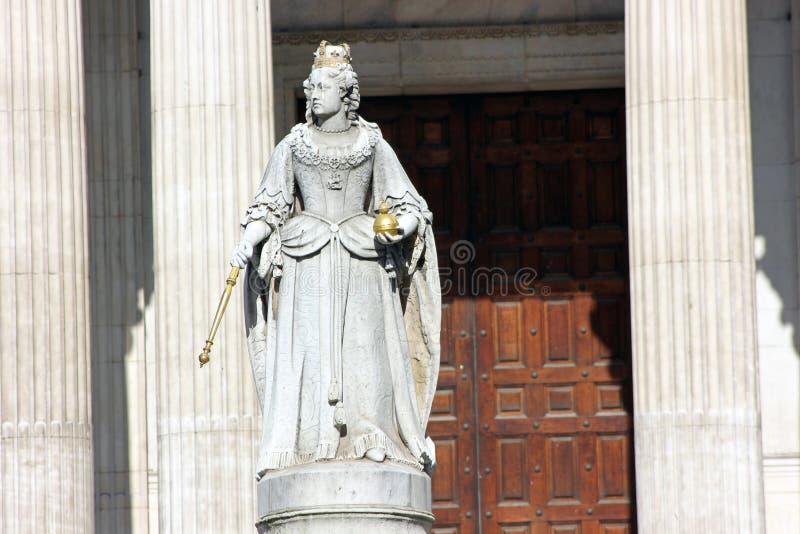 Statua della regina Anne alla cattedrale del ` s di Saint Paul, Londra immagini stock