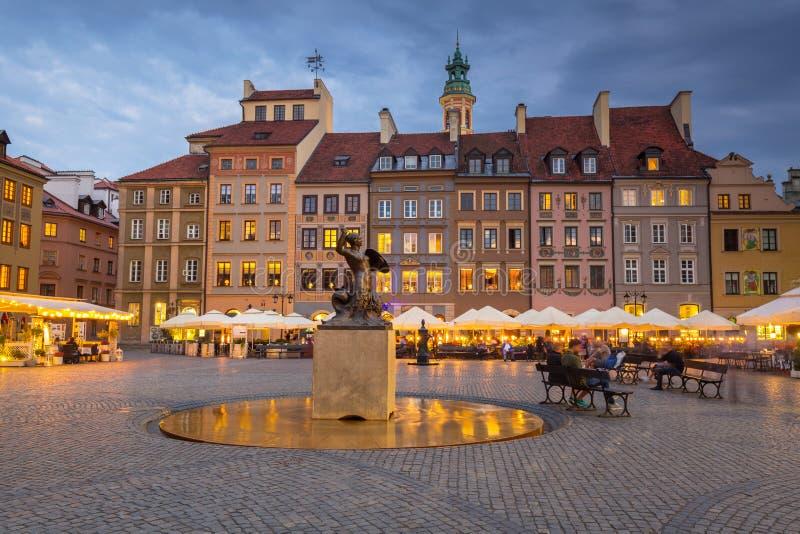 Statua della sirena nella vecchia citt? di Varsavia al crepuscolo, la Polonia immagine stock