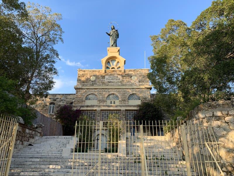 Statua della Vergine Maria sul fronte del monastero di Deir Rafat, Israele fotografia stock libera da diritti