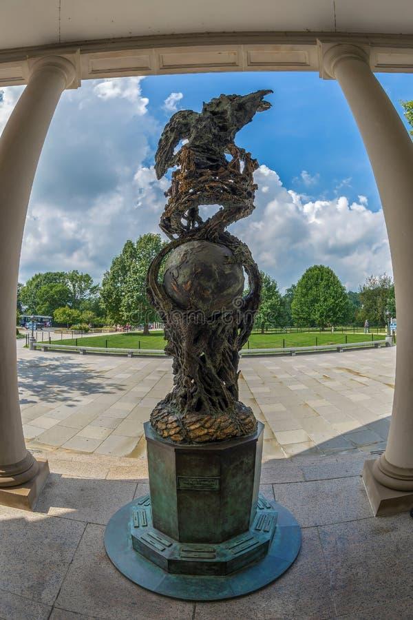 Statua dentro dell'entrata interna del benvenuto del cimitero di Arlington fotografie stock libere da diritti