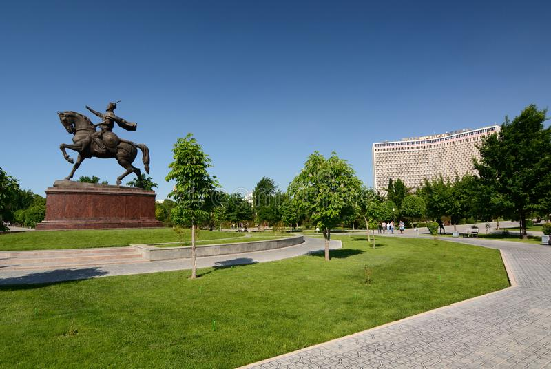 Statua di Amir Timur e l'hotel sovietico dell'Uzbekistan di stile Quadrato di Amir Timur tashkent uzbekistan immagini stock