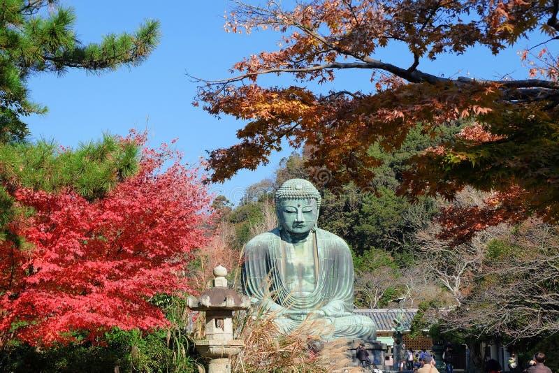 Statua di Amitabha Buddha Daibutsu nella stagione di autunno immagine stock