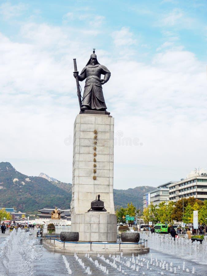 Statua di ammiraglio Yi Sun-Sin e fontana fotografia stock libera da diritti