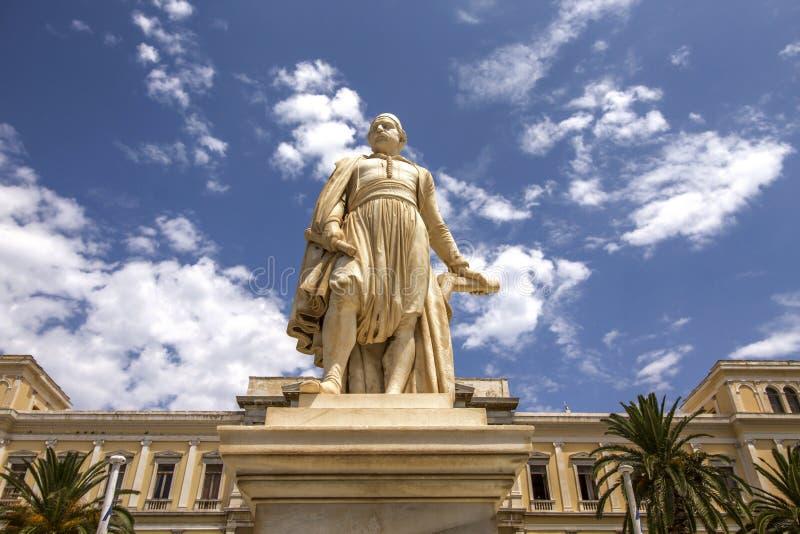 Statua di Andreas Miaoulis nel quadrato del municipio di Ermoupolis, isola di Syros, Grecia immagini stock