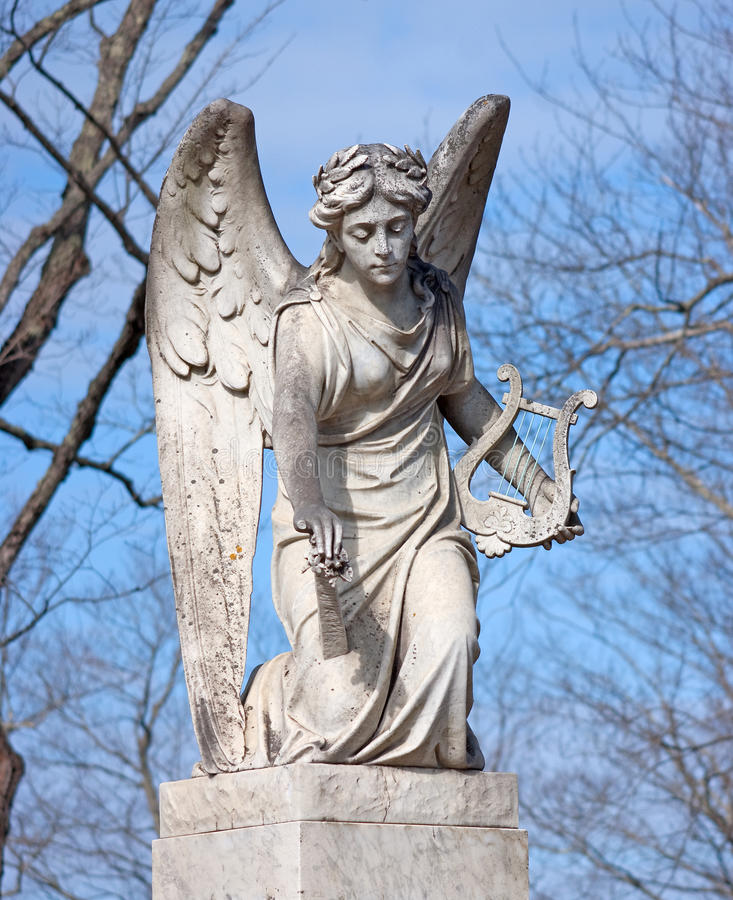 Statua di angelo con l'arpa fotografia stock