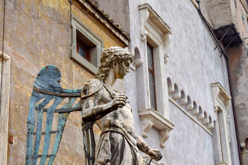 """Statua di angelo a Sant """"Angelo Castle Italy immagine stock libera da diritti"""