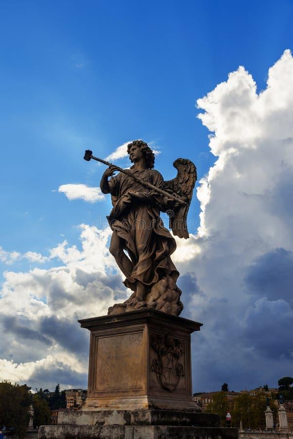"""Statua di angelo su Ponte Sant """"Angelo o ponte di Aelian roma L'Italia immagini stock libere da diritti"""