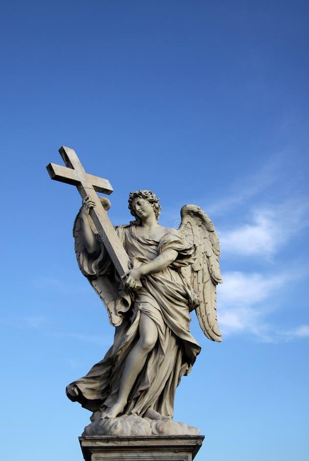 Statua di angelo sul Ponte Sant Angelo a Roma, Italia fotografia stock libera da diritti