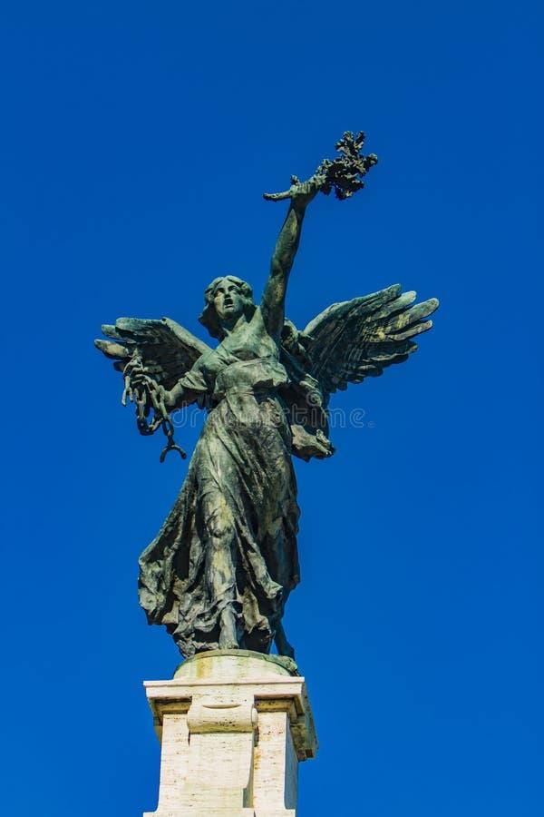 Statua di angelo sul ponte di Ponte Vittorio Emanuele II a Roma immagini stock