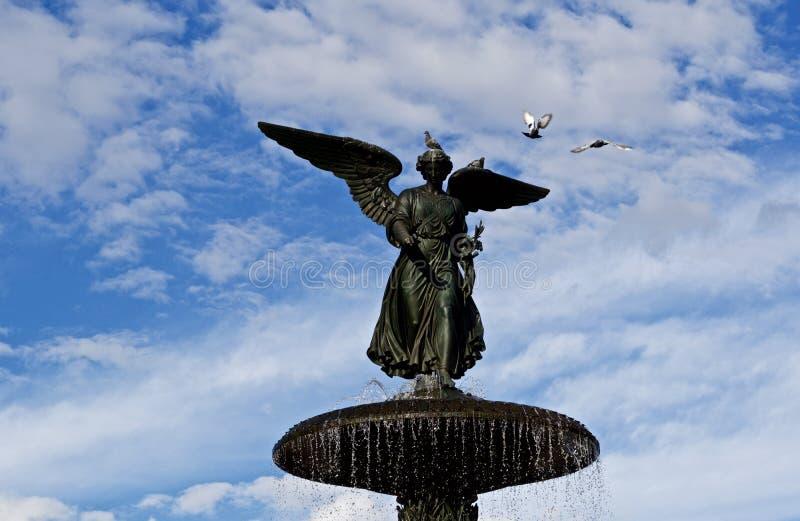 Statua di Bethesda Fountain con i piccioni immagini stock