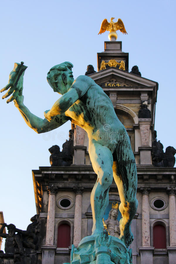 Statua di Brabo a Anversa fotografia stock libera da diritti