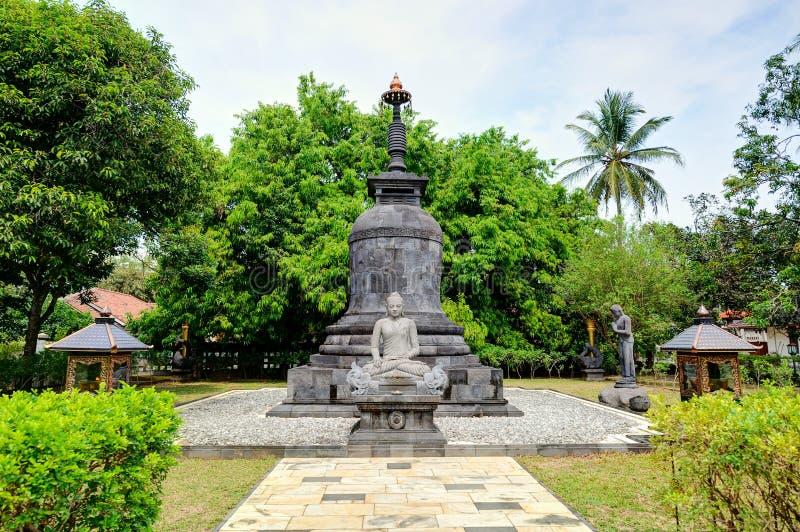 Statua di Buddha in Candi Mendut Monastery vicino a Borobudur centrale immagini stock