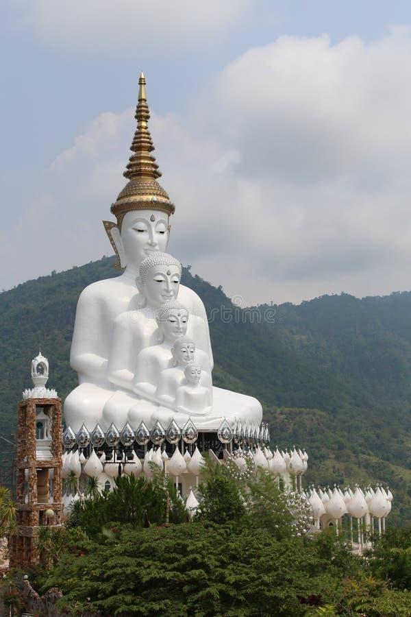 Statua di Buddha di cinque bianchi sulla montagna immagini stock libere da diritti
