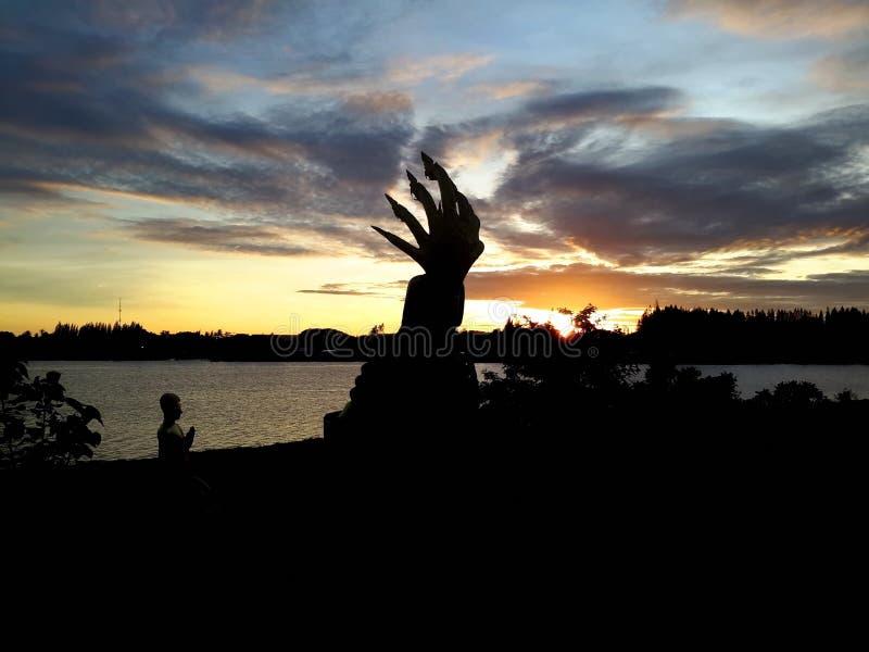 Statua di Buddha con il bello sole naturale di mattina immagine stock libera da diritti