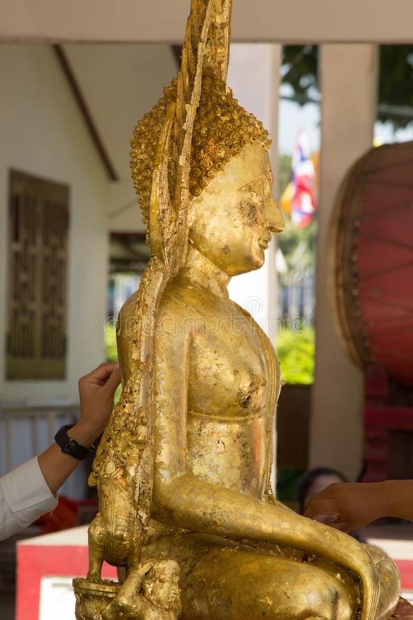 Statua di Buddha dell'oro in tempio di Wat Phra Sri Rattana Mahathat, Phitsanulok, Tailandia fotografie stock