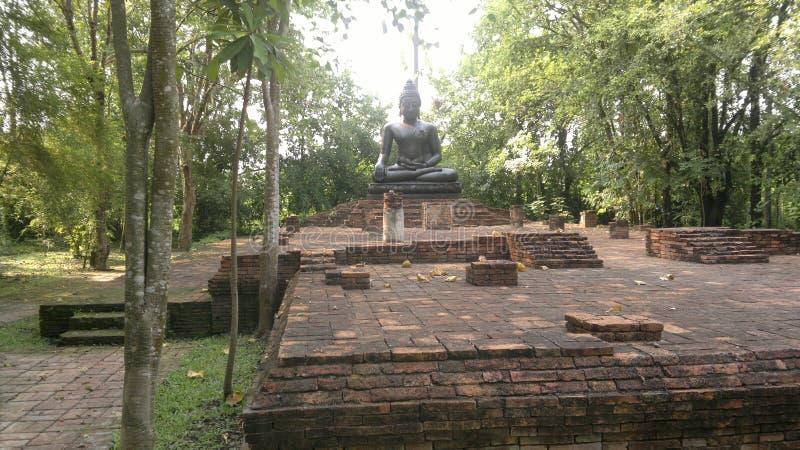Statua di Buddha e tempie antiche in Tailandia fotografia stock