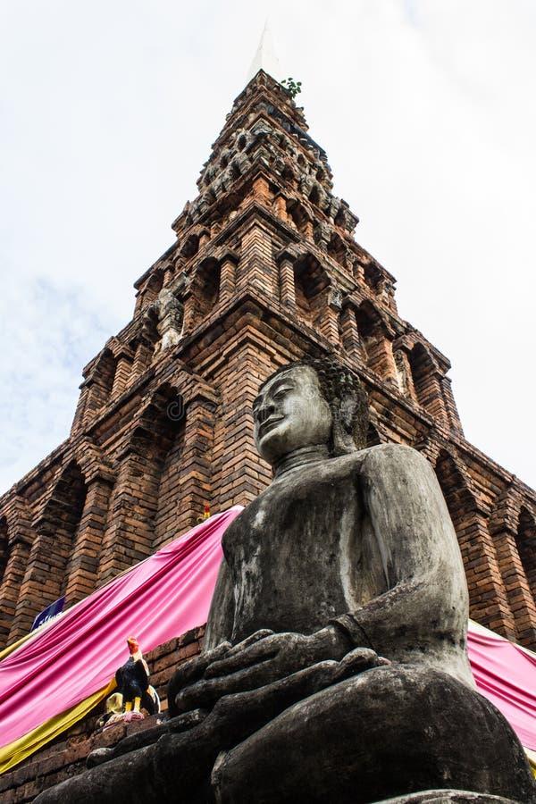 Statua di Buddha e vecchia pagoda, Wat Phra That Hariphunchai fotografia stock libera da diritti