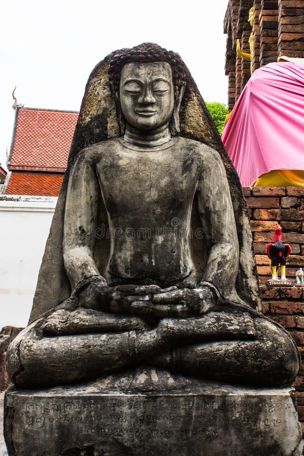 Statua di Buddha e vecchia pagoda, Wat Phra That Hariphunchai fotografia stock