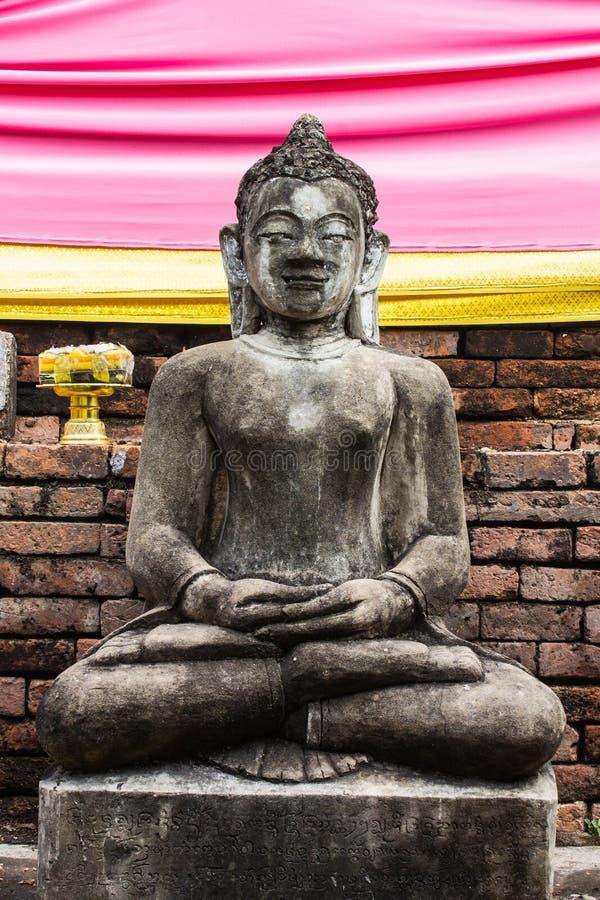 Statua di Buddha e vecchia pagoda, Wat Phra That Hariphunchai immagini stock