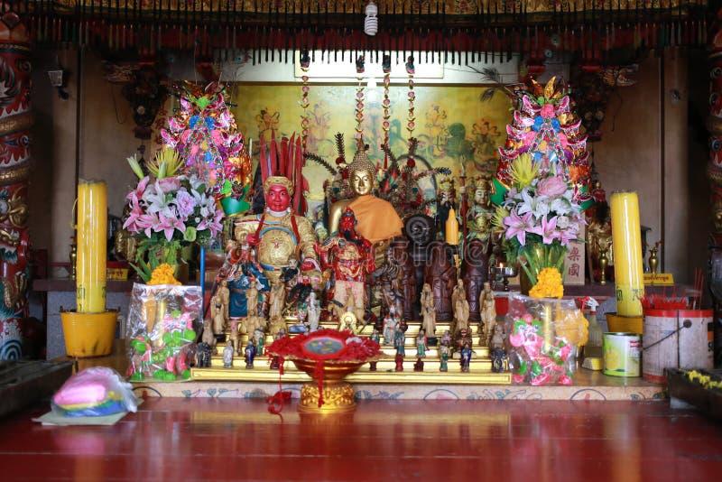 Statua di Buddha ed altre statue cinesi del dio fotografia stock libera da diritti