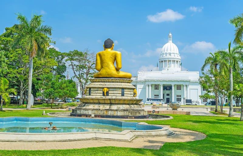Statua di Buddha nel parco di Viharamahadevi di Colombo fotografia stock