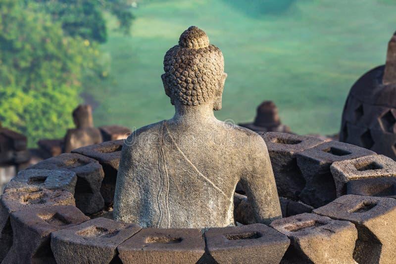 Statua di Buddha a rovina del tempio di Borobudur a Yogyakarta immagini stock