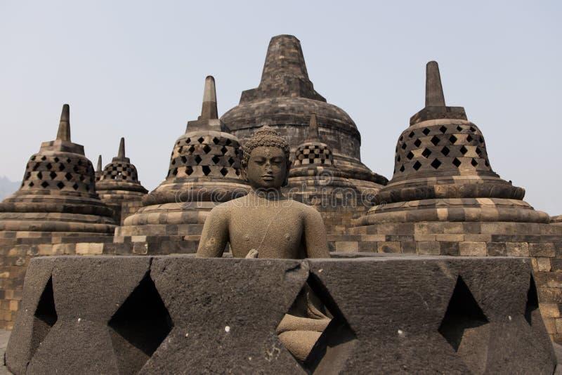 Statua di Buddha sopra il tempio di Borobudur, Yogyakarta, Java, Indonesia fotografia stock libera da diritti