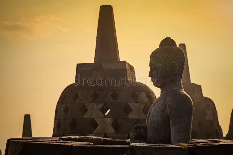 Statua di Buddha in stupa aperto in tempio di Borobudur immagine stock