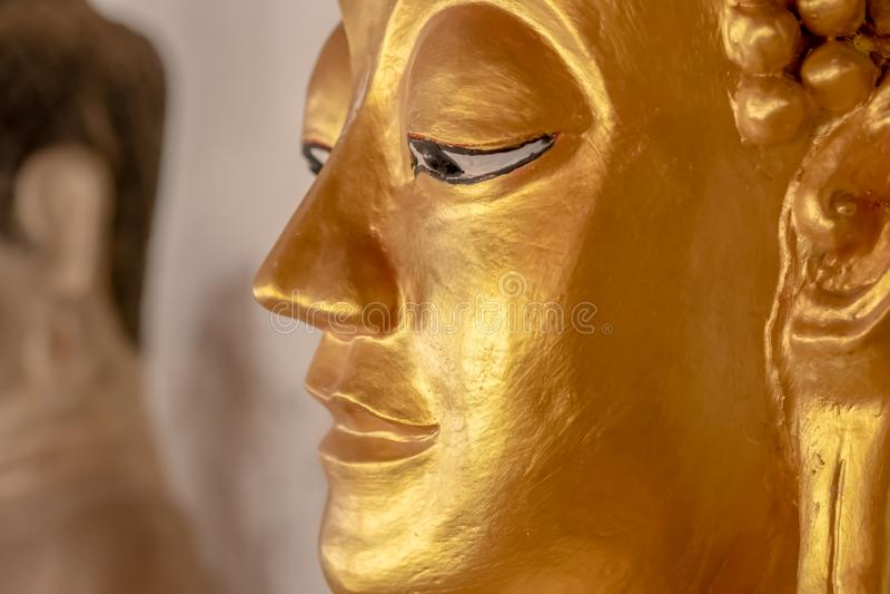 Statua di Buddha in tempie tailandesi fotografie stock