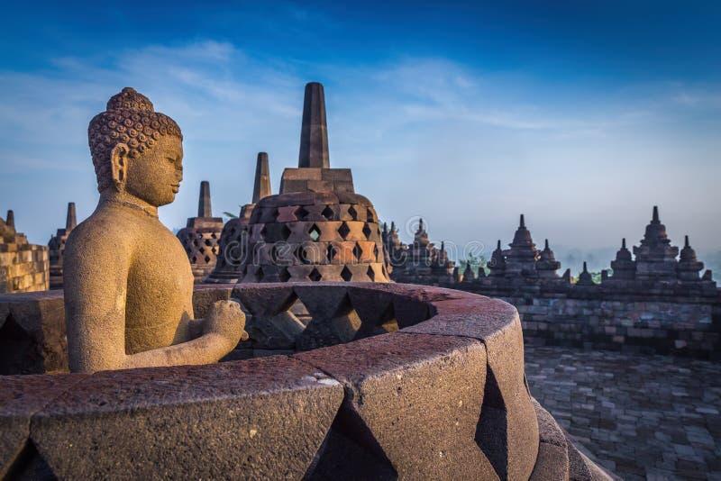 Statua di Buddha in tempio di Borobudur, Indonesia fotografia stock libera da diritti