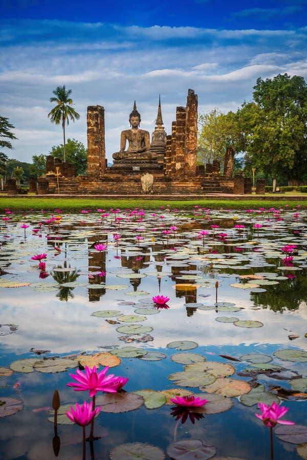 Statua di Buddha a Wat Mahathat nel parco storico di Sukhothai fotografie stock