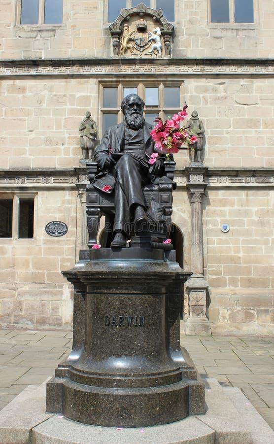 Statua di Charles Darwin fuori della biblioteca di Shrewsbury fotografie stock