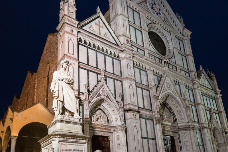 Statua di Dante e della basilica Santa Croce nella notte fotografia stock libera da diritti