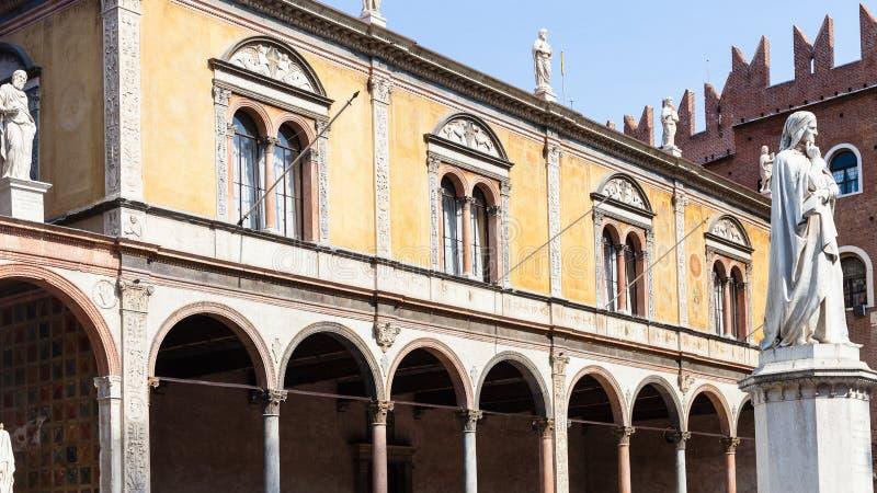 Statua di Dante su Signori di dei della piazza nella città di Verona fotografia stock