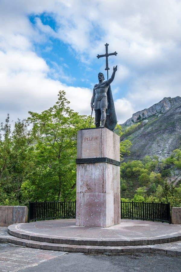 Statua di Don Pelayo in Covadonga, montagne di Picos de Europa immagine stock libera da diritti
