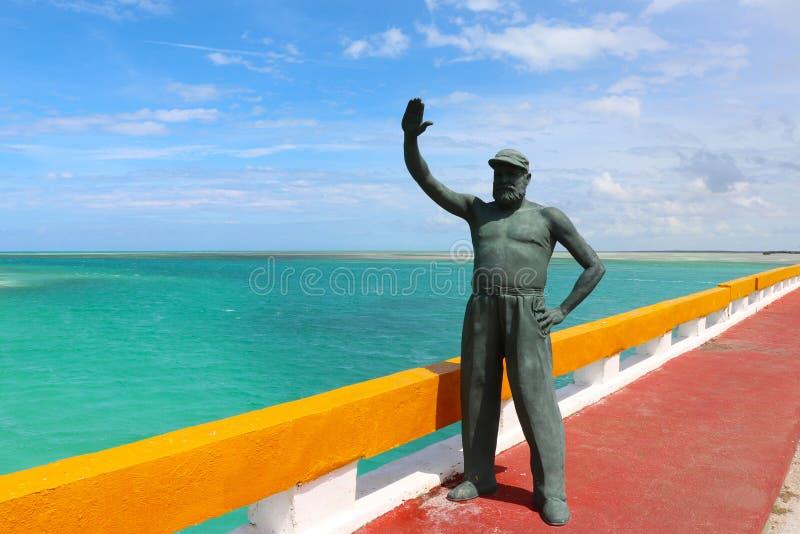 Statua di Ernest Hemingway sul ponte che conduce a Cayo Guillermo, accanto ai Cochi di Cayo, Cuba fotografia stock libera da diritti