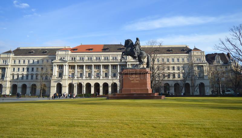 Statua di Ferenc Rakoczi davanti alla costruzione ungherese del Parlamento a Budapest il 29 dicembre, fotografia stock