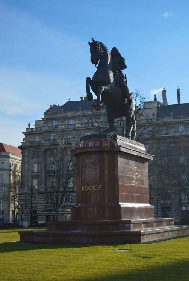 Statua di Ferenc Rakoczi davanti alla costruzione ungherese del Parlamento a Budapest il 29 dicembre, immagini stock