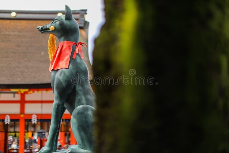 Statua di Fox al santuario di taisha di inari di Fushimi immagine stock