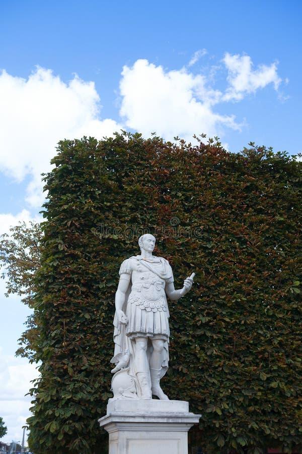 Statua di Gaius Julius Caesar, Roman Emperor nel parco di Tuileries fotografia stock libera da diritti