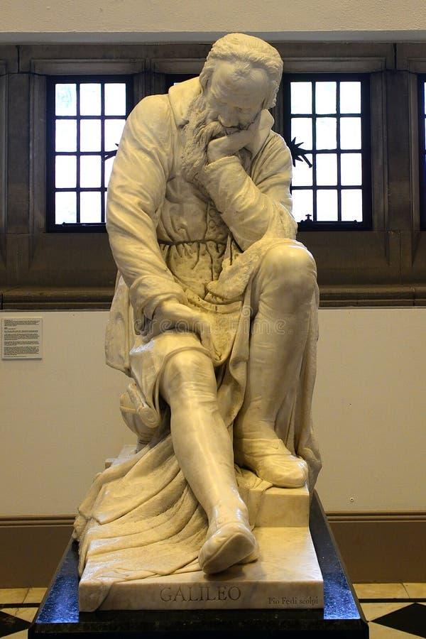 Statua di Galileo Galilei nell'università del ` s della regina, Belfast, no fotografia stock libera da diritti