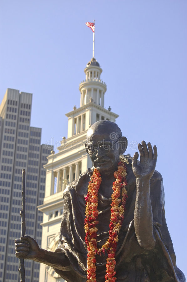 Statua di Gandhi al terminale di traghetto di San Francisco fotografie stock